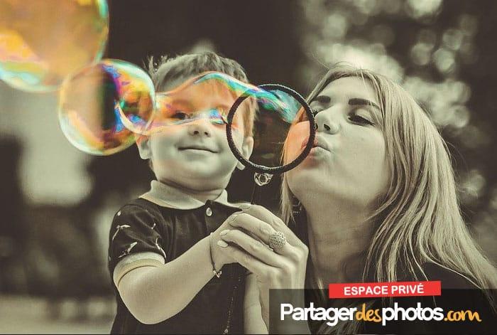 Partager des photos et vidéos de sa famille et de ses enfants de façon privée sur Internet est une bien meilleure solution que d'utiliser les réseaux sociaux ou les plateformes de blogging publiques.