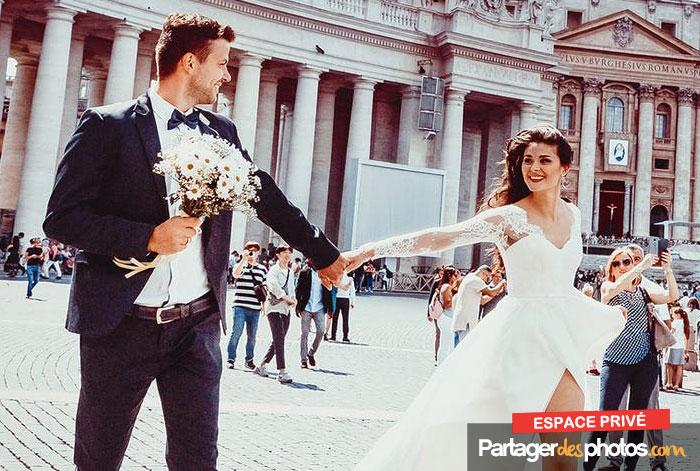 Créer un site pour son mariage permet de communiquer en ligne avec ses invités et sa famille, puis de partager les photos et vidéos si la plateforme choisie le permet.